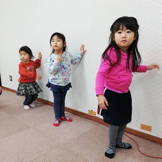 【親子チア】♡幼稚園に行く前の小さなチアリーダーとお家の人が一緒にチア(^^)♡すっかり小さなチアリーダーもお家の人に見守られてすくすく成長︎♡#親子#チア#柏原市#幼児