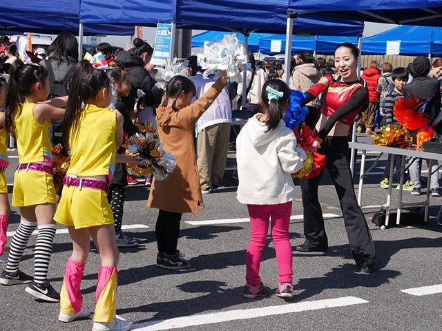 【チアダンスのお仕事】♡3月9日サンキューの日、感謝の日。♡今日はお仕事体験フェア!♡チアダンスのお仕事は、笑顔と元気を届ける仕事だよ(^^)♡たくさんの子供達がチアダンスのお仕事体験に来てくれました!!♡とても多くの人が集まった今日のイベント。♡チアダンスステージでは今まで見たことない大人数の観客の方が見てくれました!♡私もみんなも観客数の多さに緊張しましたが、さすがCHEER FAMILY柏原HAPPY SMILESのチアリーダー!♡本番はビシッと決めてくれました!!♡3歳から大人まで80名のチアリーダーが元気に活動しています♬♡間も無く定員になりますので、入会を考えられている方はお早めにご連絡ください。 ♡#柏原市#チア#ダンス#お仕事体験#晴れ#笑顔と元気